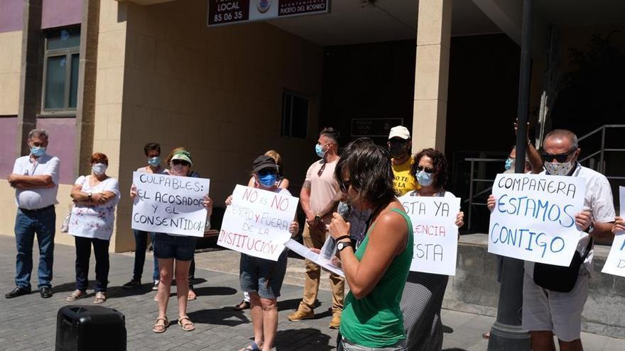 Una veintena de personas se manifiesta para exigir la destitución de un concejal de Puerto del Rosario acusado de acoso sexual