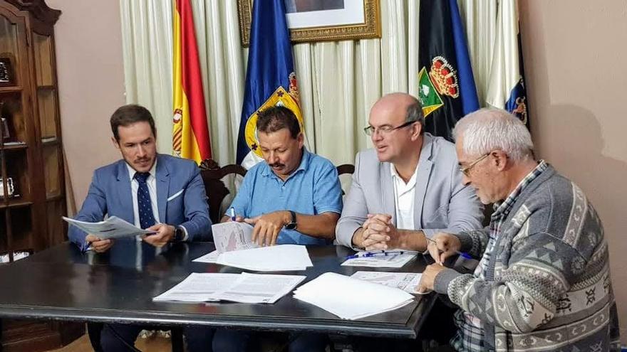 Un momento de la firma del acta de ocupación de los terrenos.