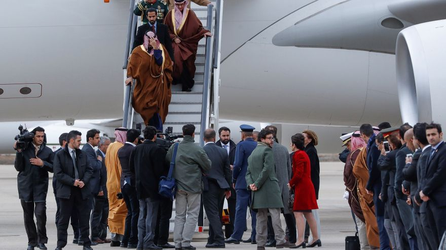 El Príncipe heredero de Arabia Saudí, Bin Salman Abdulaziz al Saud (c, arriba), a su llegada a la Base Aérea de Torrejón, Madrid, con motivo de su primera visita oficial a España.