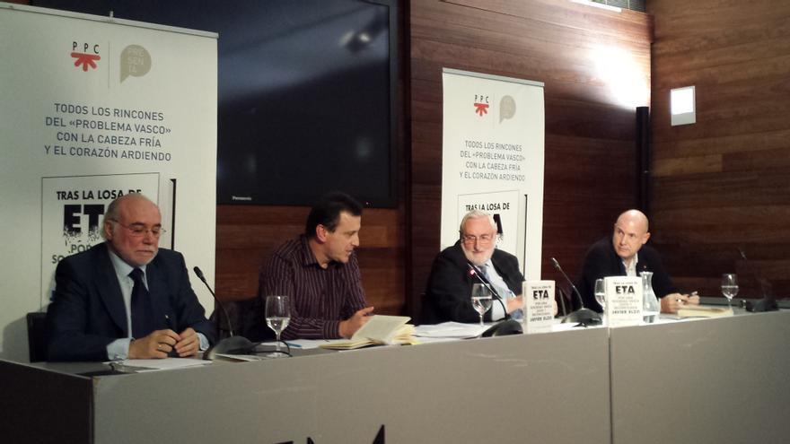 Javier Elzo, acompañado de Iñaki García Arrizabalaga e Iñigo Lamarca durante la presentación de su libro.