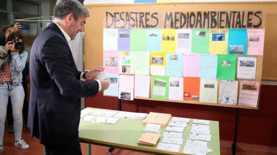 El presidente de Canarias, Fernando Clavijo, recoge la papeleta para la votación al Congreso de Los Diputados en las Elecciones Generales del 28 de abril.
