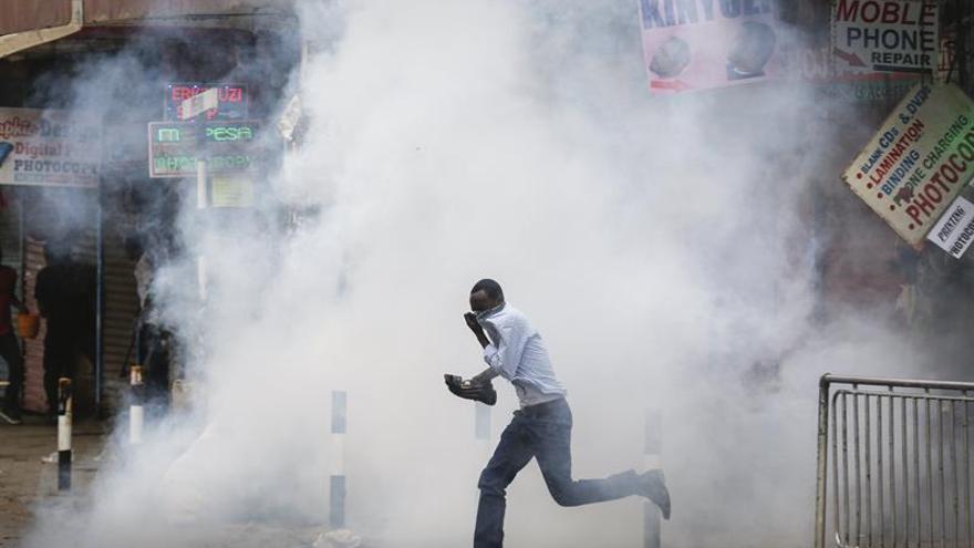 La Policía dispersa con gas lacrimógeno protestas preelectorales en Kenia
