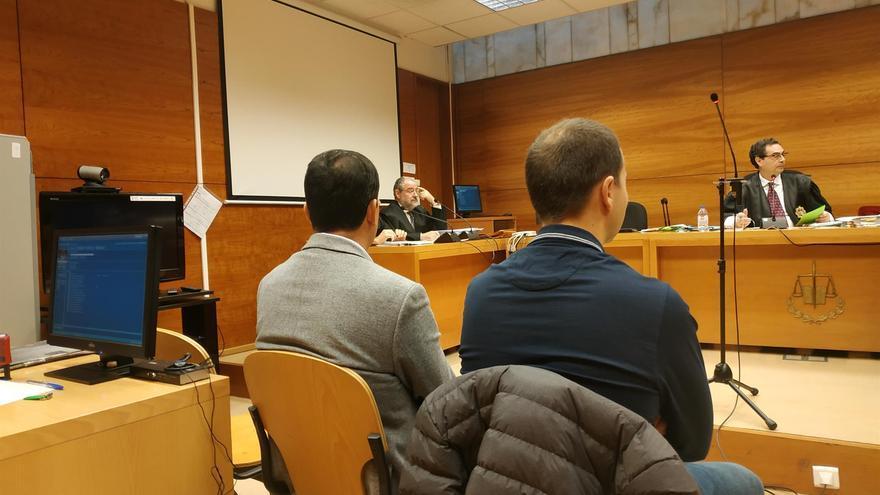 El director y el administrador de ACOR en Olmedo (Valladolid), sentados en el banquillo.
