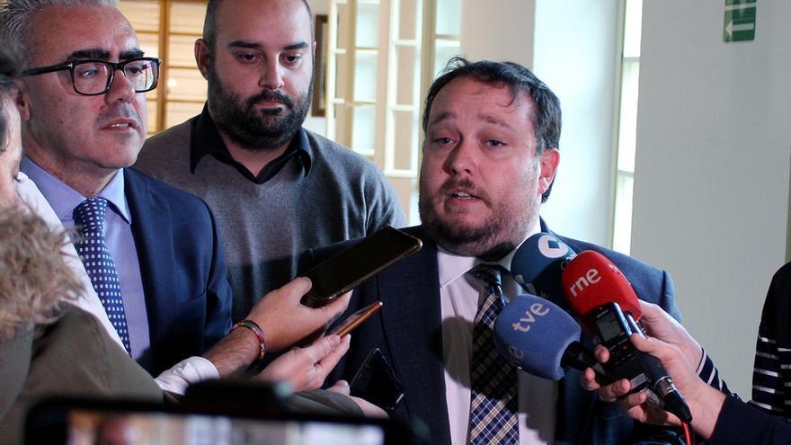 Rubén Gómez (Cs), junto a Pedro Hernando (PRC) y Víctor Casal (PSOE) explicando el acuerdo presupuestario.