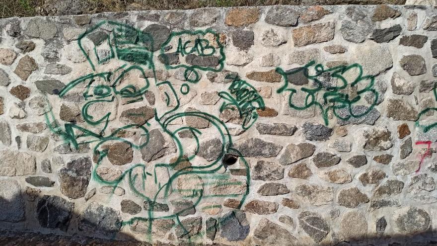 """""""Atentan contra el patrimonio en Toledo"""" con varias pintadas en la muralla de la Puerta de Alcántara"""