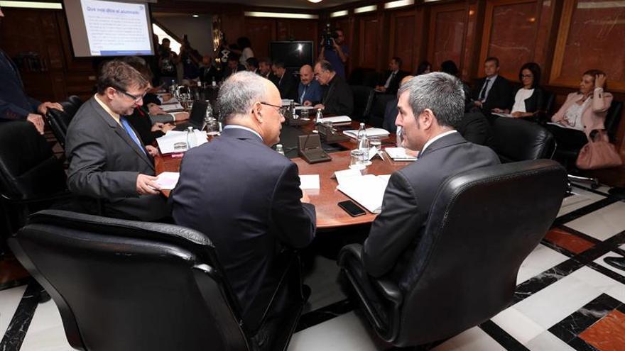 El presidente del Gobierno de Canarias, Fernando Clavijo (d), y el presidente de la Fundación Radio Ecca, Francisco José Ruiz (i), durante la reunión hoy del patronato de Radio ECCA. EFE/Elvira Urquijo A.