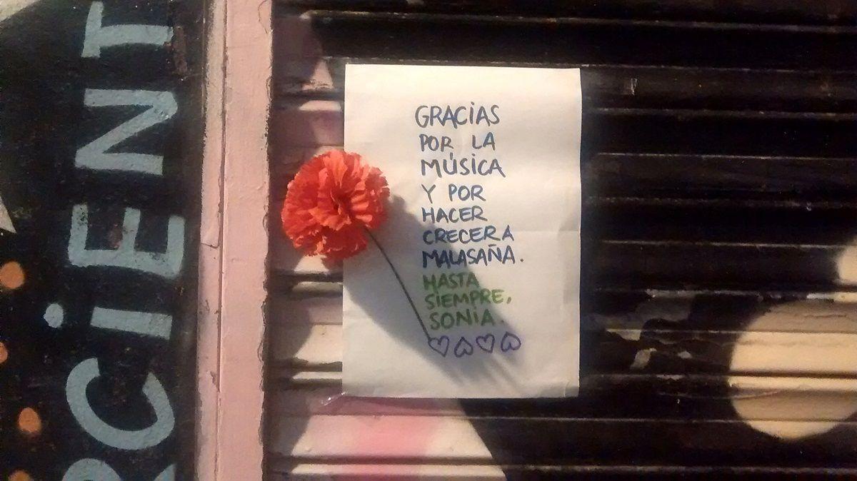 Mensaje para Sonia del Amo en la puerta del Tupperware, poco después de su fallecimiento | SOMOS MALASAÑA