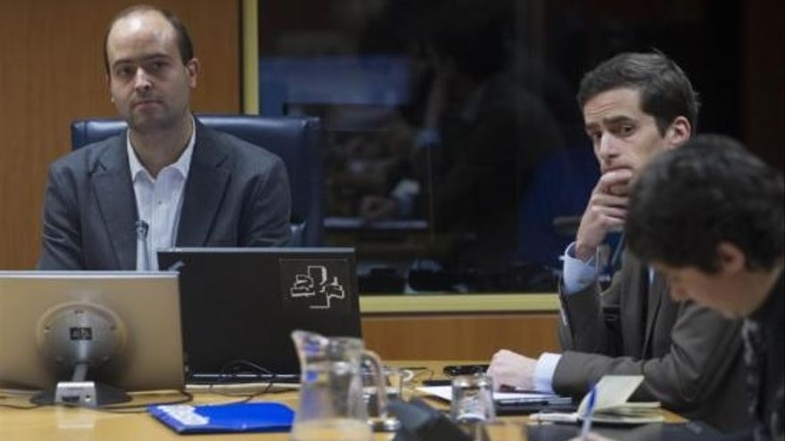 Los profesores Félix Arrieta (primero por la izquierda) e Íñigo Calvo, en el Parlamento.