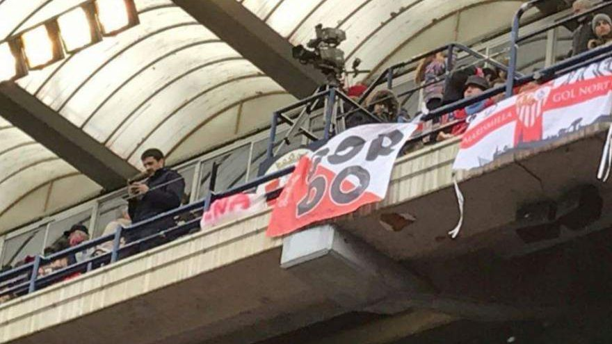 La pancarta exhibida en El Sadar este domingo.