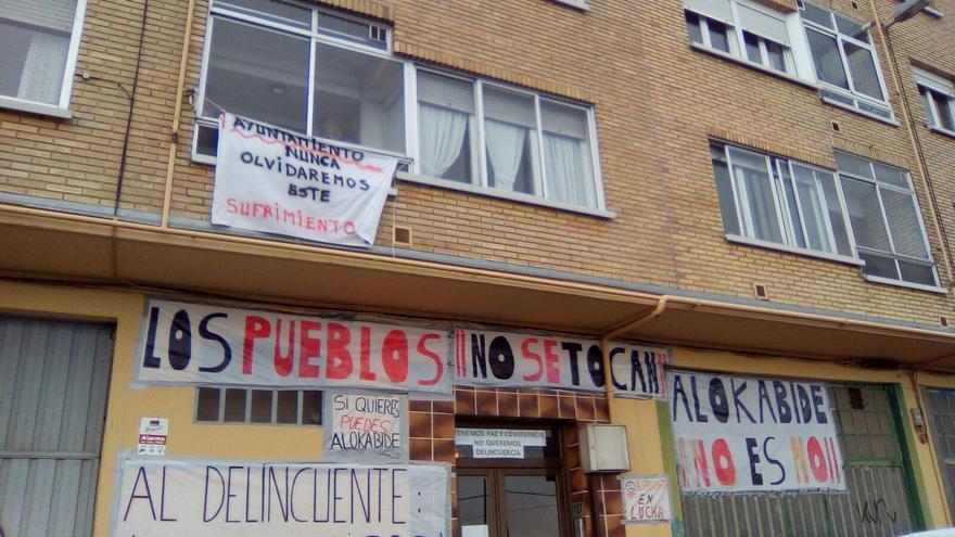 Los y las vecinas de Asteguieta plagan el portal de la vivienda adjudicada a los 'Pichis' de pancartas