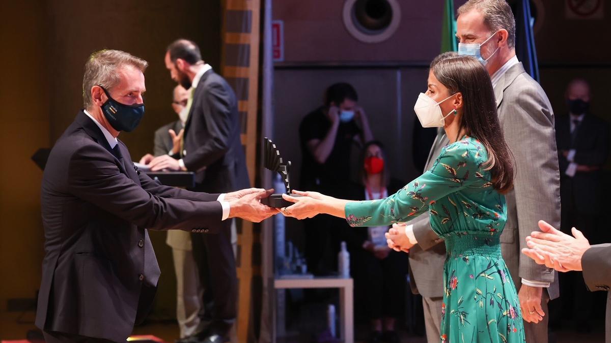 El presidente de Indra, Marc Murtra, recoge de las manos de la reina Letizia el Premio Nacional de Innovación 2020.