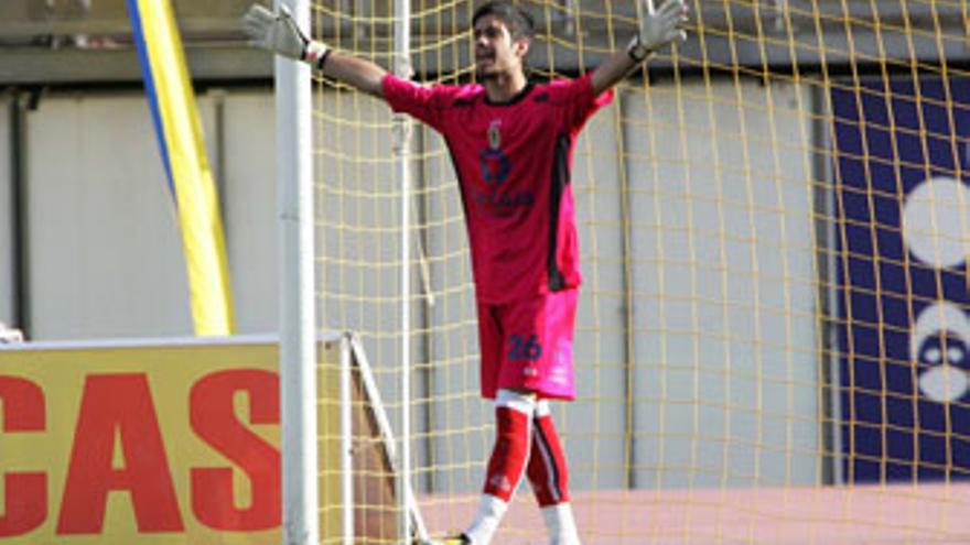 Roberto Santamaría, durante un encuentro entre la UD Las Palmas y el Sevilla Atlético. (QUIQUE CURBELO)