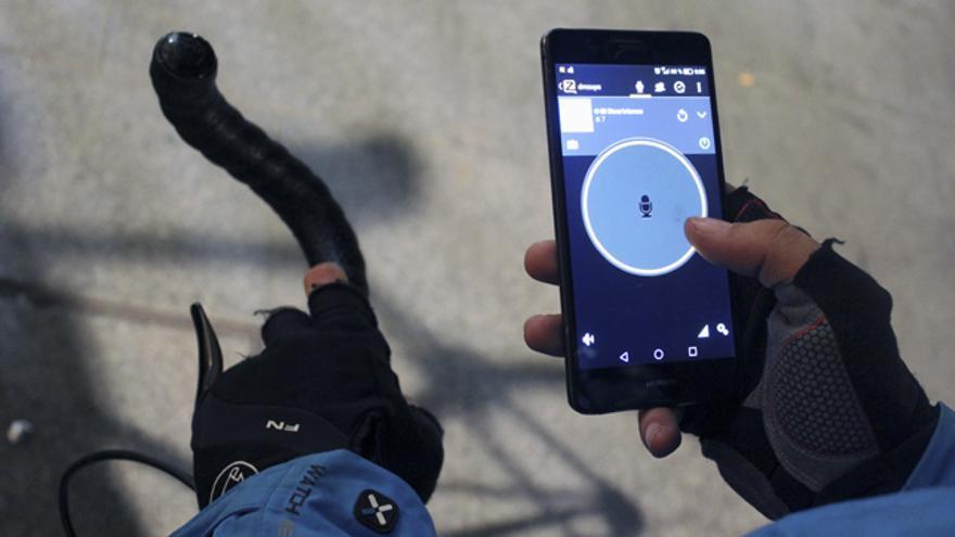 Un repartidor en Madrid utilizando la aplicación de mensajes de voz Zello