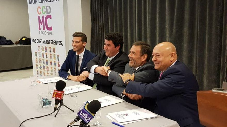 Firma del acuerdo entre cuatro agrupaciones municipalistas