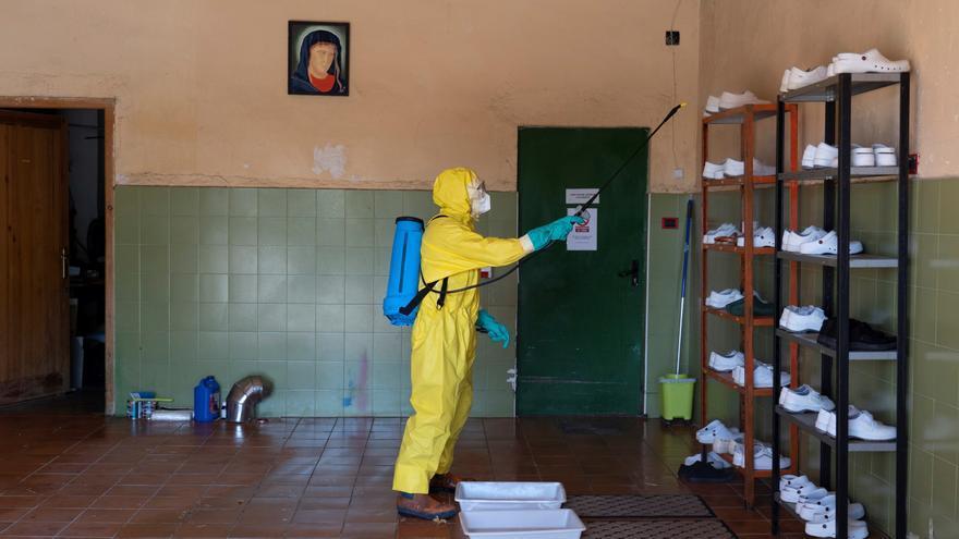 Bomberos de la Diputación de Teruel durante las labores de desinfección de la residencia, este martes.