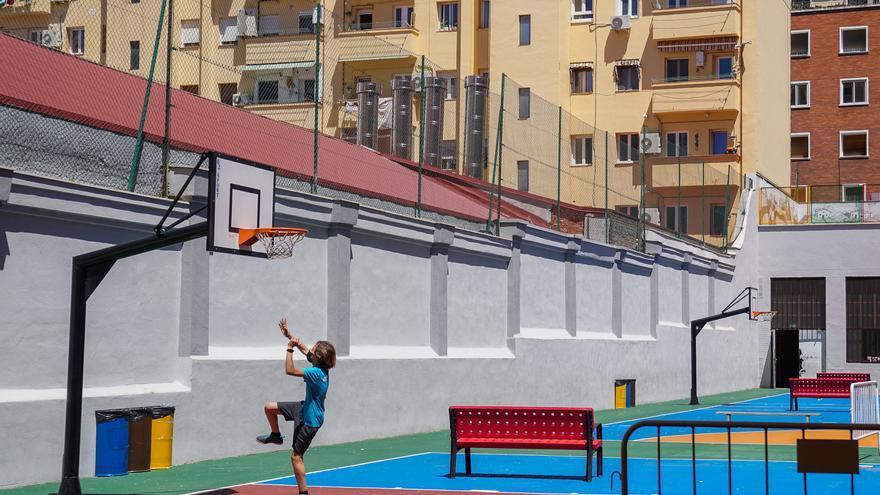 Archivo - Un niño juega en las instalaciones de un colegio.- Archivo.
