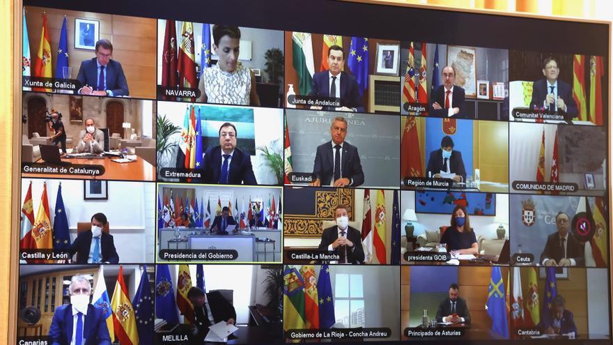 El presidente Pedro Sánchez y los presidentes autonómicos, en pantalla, durante la reunión telemática de la Conferencia de Presidentes.