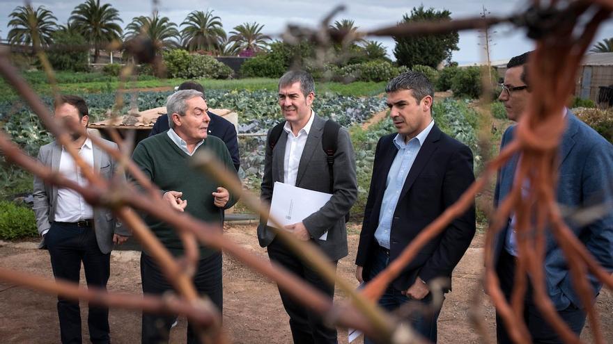 El presidente del Gobierno de Canarias, Fernando Clavijo, y el consejero de Agricultura, Narvay Quintero en  la Escuela de Capacitación Agraria de Arucas (Gran Canaria)