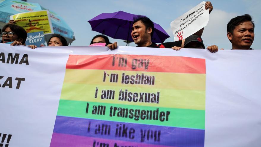 Activistas pro-derechos del colectivo LGTB protestan contra la reforma del código penal que penalizaría el sexo entre homosexuales y otras medidas contra la libertad sexual a las puertas del Parlamento en Yakarta (Indonesia) el 20 de febrero de 2018. EFE/ Mast Irham