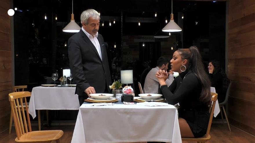 Carlos Sobera consuela a Diana en 'First Dates'