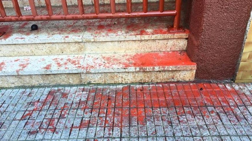 Entrada de la sede del PP en La Laguna manchada de pintura roja