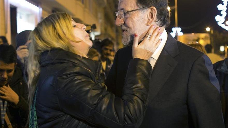 Debate con Sánchez y corrupción se cuelan en un paseo de Rajoy por Santander