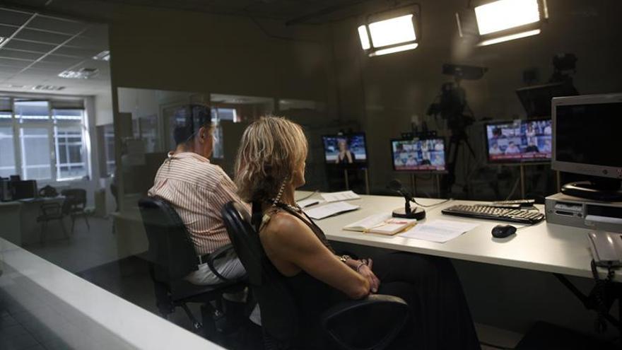 La televisión griega para en protesta por el cierre de la primera cadena privada