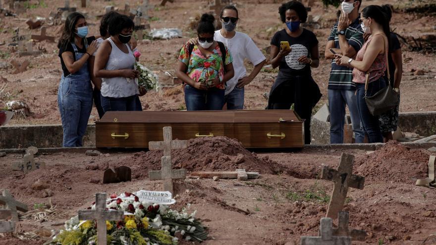 El promedio de muertes por covid en Brasil cae a su menor nivel en cinco meses