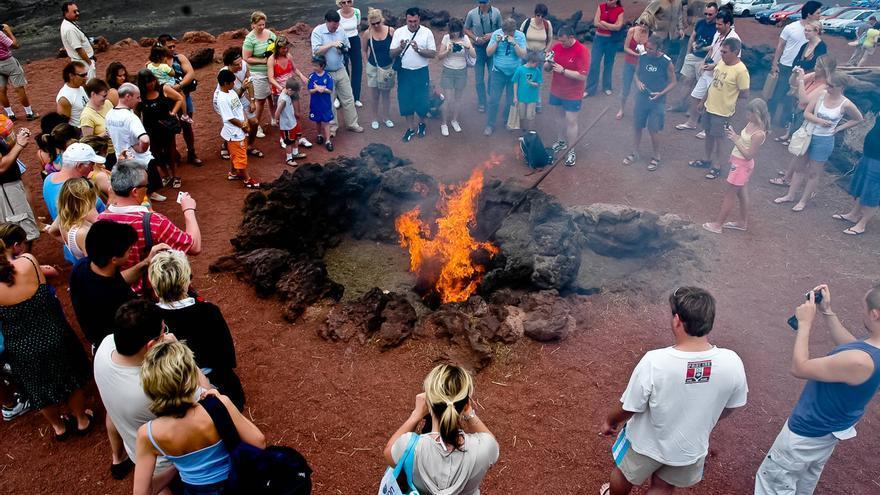 Viajeros observan como el calor de la tierra quema matorrales en las Montañas del Fuego. VIAJAR AHORA