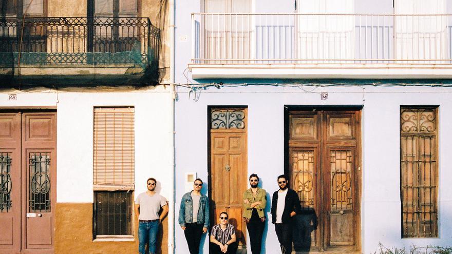 Els components de Tardor, Àlex Martínez (veu i guitarra), Cesc Domènech (bateria), David Garcia (guitarra),  Yeray Calvo (teclats) i Tono Hurtado (baix).