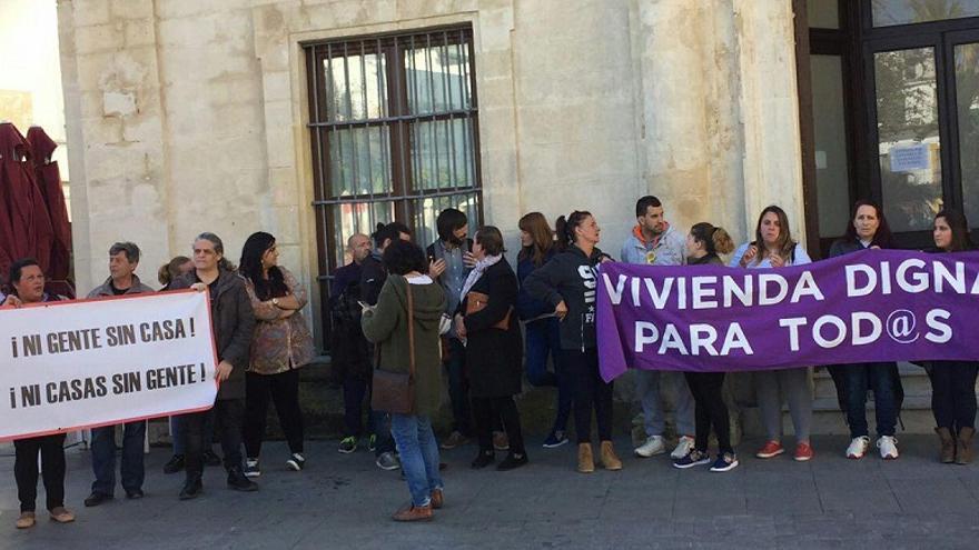 Concentración delante de la biblioteca municipal sanluqueña.
