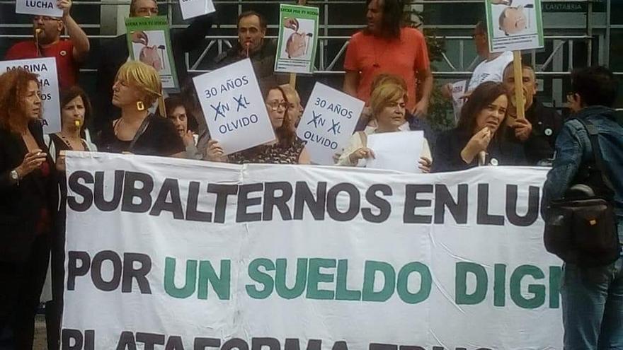 Concentración de conserjes ante la Consejería de Educación del Gobierno de Cantabria.