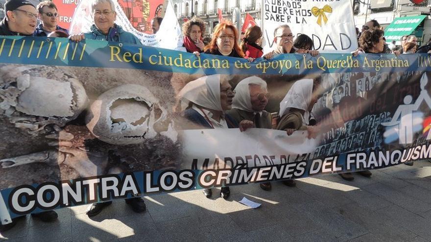 Manifestación contra los crímenes del franquismo en Sol.