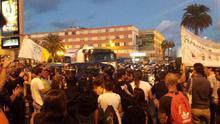 Una ruidosa concentración 'recibe' al barco de Repsol en la capital grancanaria