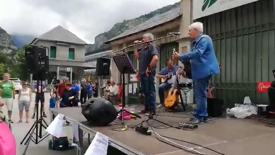 El grupo Adebán, en Canfranc interpretando su tema 'Arriba, abajo'.