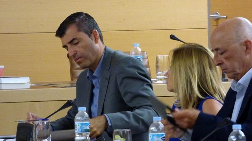 Pedro Suárez, del PP (primero por la derecha), en una imagen de archivo de un pleno del Cabildo tinerfeño