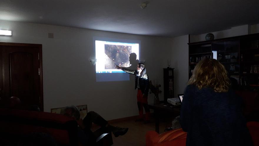 El equipo muestra los hallazgos a la familia. | PEDRO MERINO