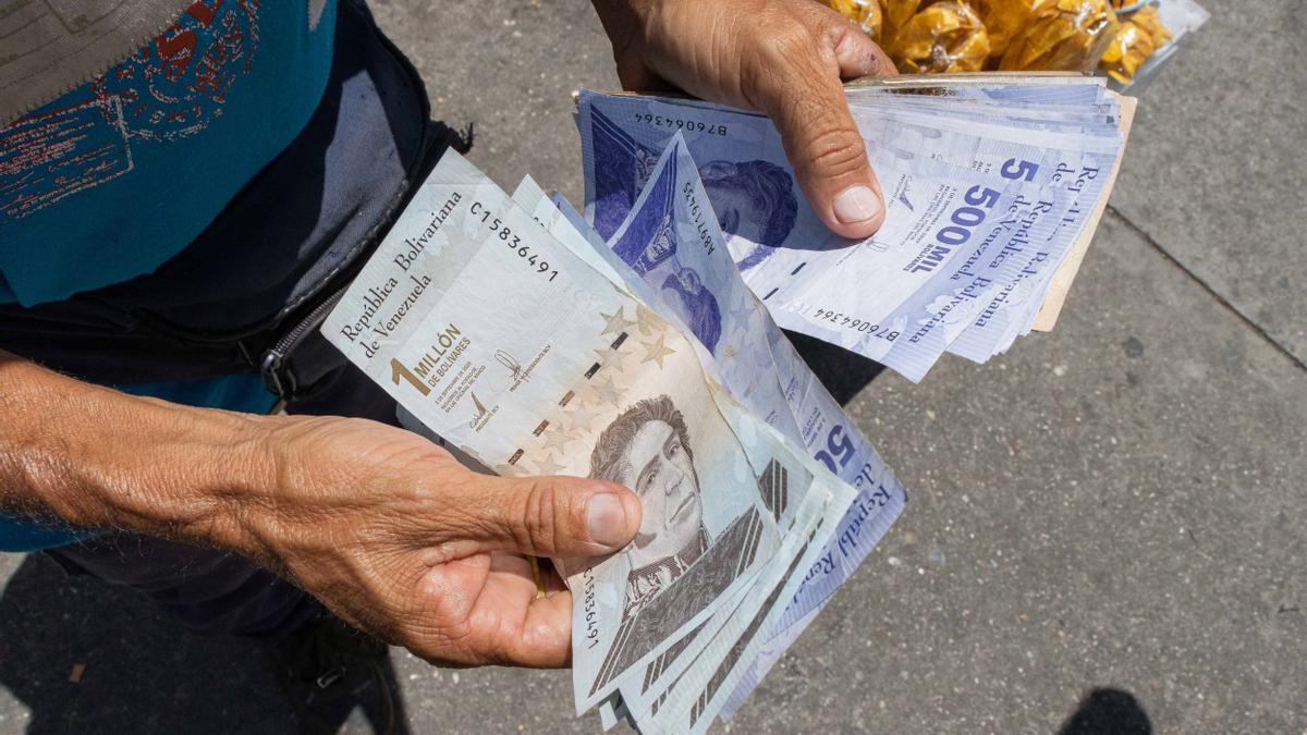 El Gobierno venezolano dice que el bolívar digital promoverá la recuperación económica, para la oposición es otro fracaso