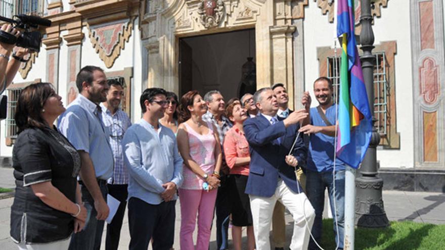 El vicepresidente Salvador Fuentes, izando la bandera a las puertas de la Diputación.