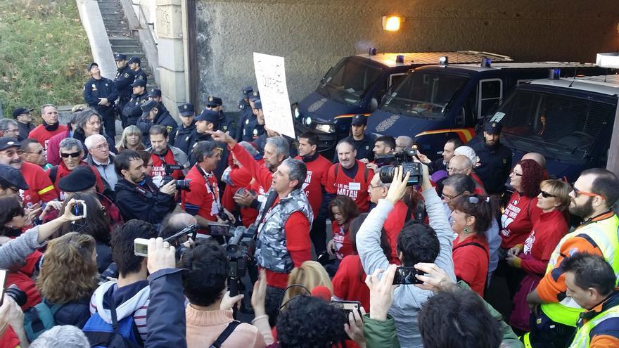 Los organizadores de la protesta, a las puertas de Moncloa / M.D.
