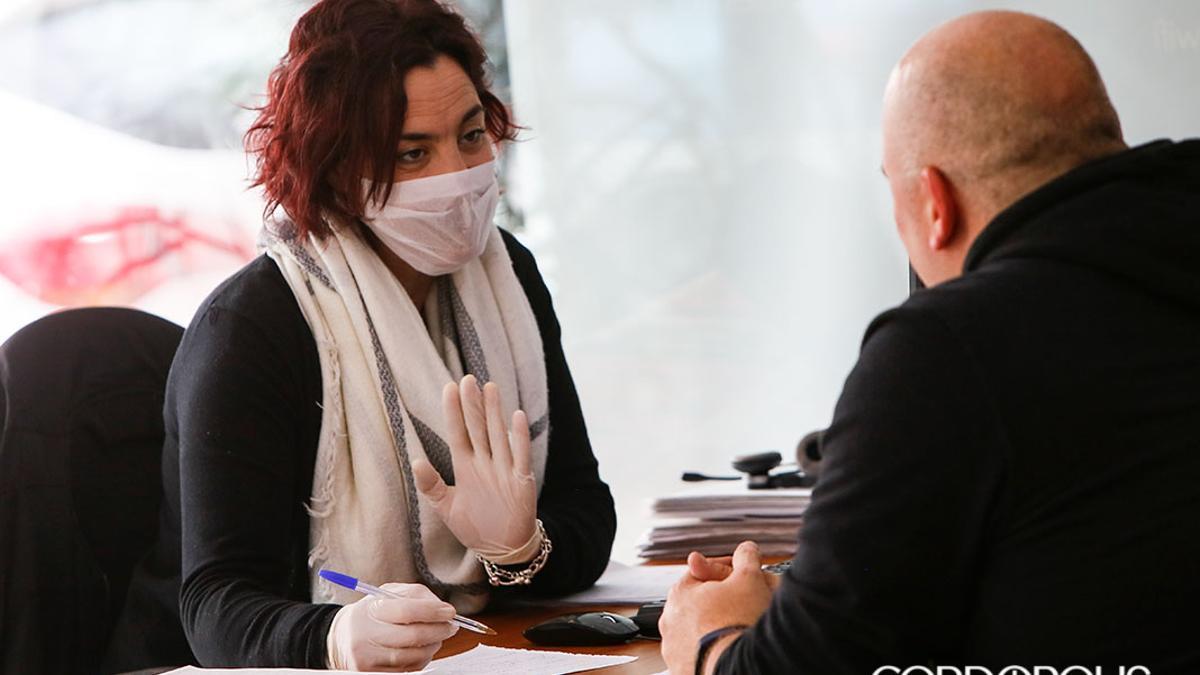 Una trabajadora con mascarilla