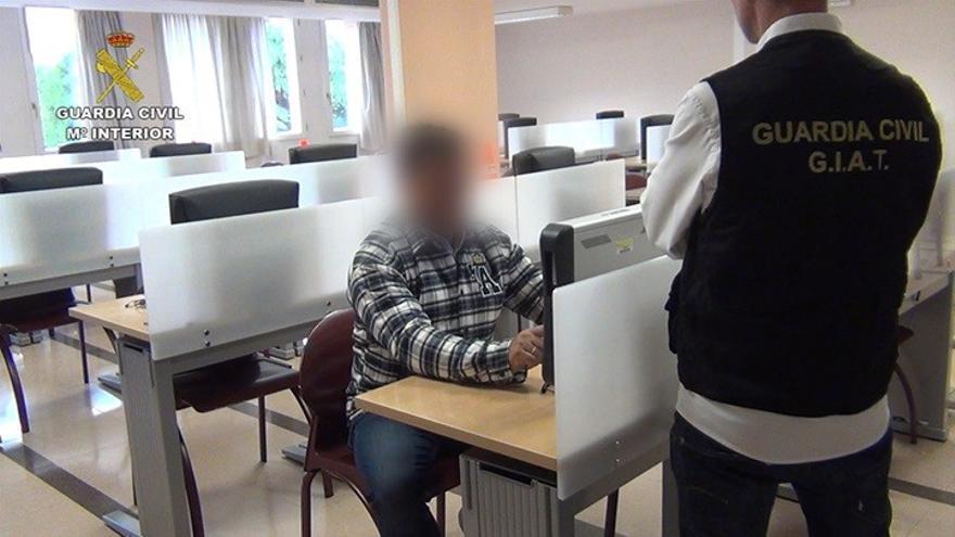 Imagen del investigado custodiado por la Guardia Civil.