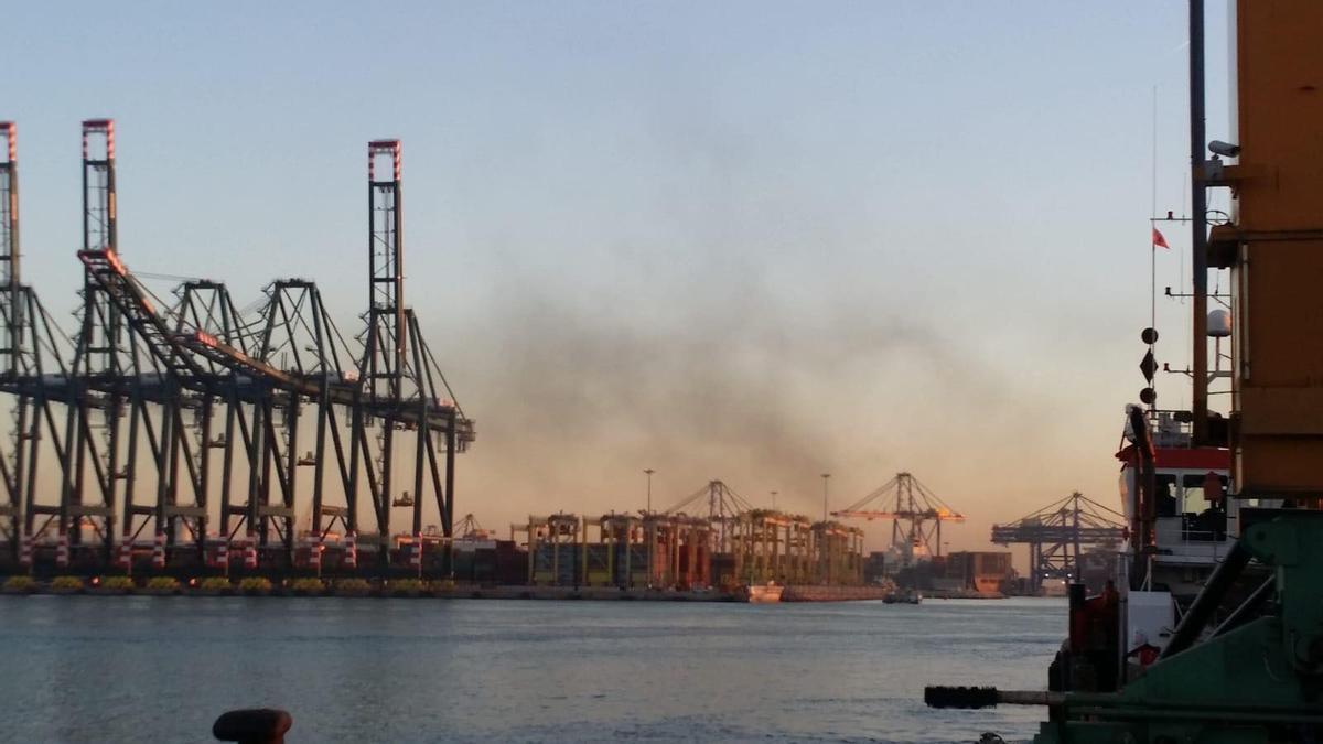 Humo procedente de diversos buques del puerto de València