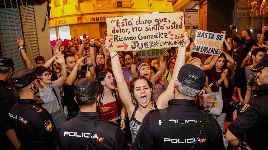 Ruidosa protesta durante la salida del ministro de Justicia este jueves en Córdoba | ÁLEX GALLEGOS