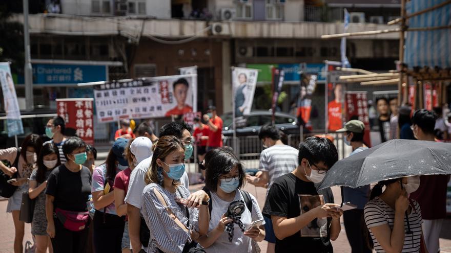 La Policía de Hong Kong arresta a unos 50 políticos opositores y activistas