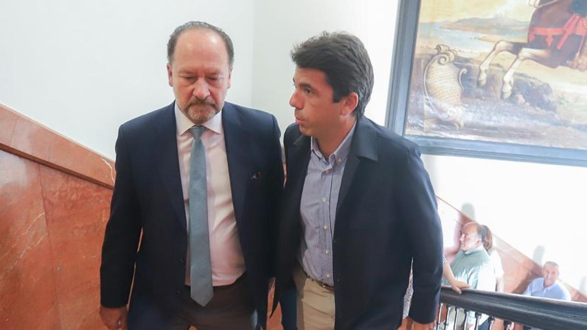 A la izquierda, el alcalde Orihuela, Emilio Bascuñana, acompañado por el presidente de la Diputación de Alicante, Carlos Mazón.