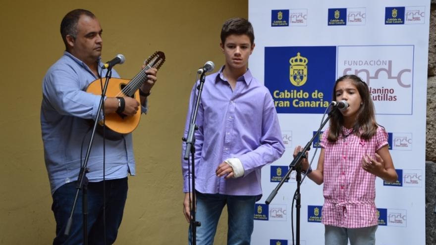 El repentista y profesor de Filología Hispánica de la ULPGC Yeray Rodríguez junto a los verseadores Francisco Sánchez y María Belén,.