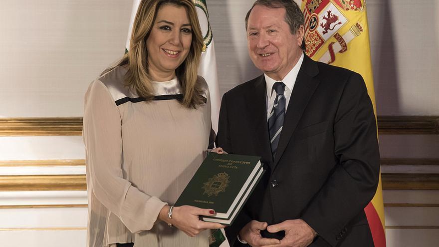 Juan Cano Bueso entrega a Susana Díaz la memoria de 2016 del Consejo Consultivo de Andalucía.