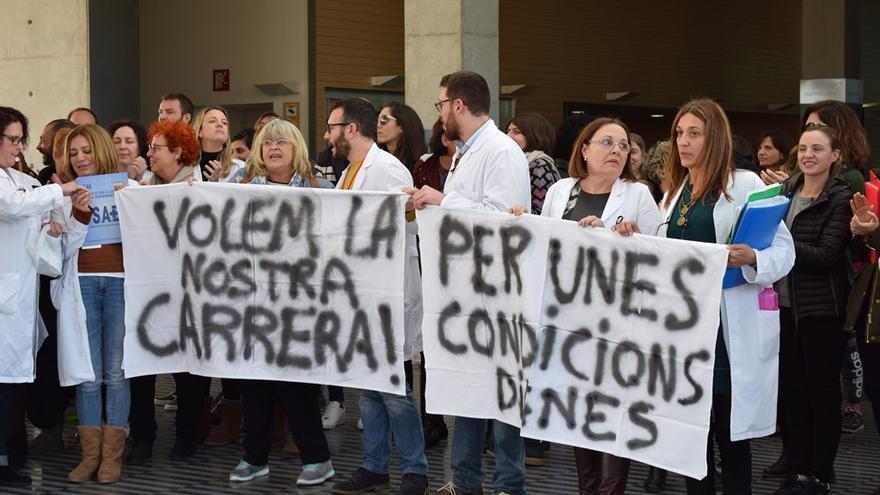 Una protesta de trabajadores en el hospital de Dénia pidiendo la carrera profesional.