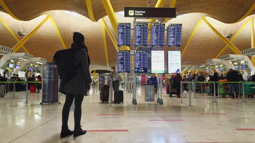 Viajeros en la terminal T4 del Aeropuerto Adolfo Suárez Madrid-Barajas, un día antes de la suspensión de los vuelos procedentes de Reino Unido, en Madrid (España), a 21 de diciembre de 2020. El Gobierno ha decidido de manera conjunta con Portugal la suspe